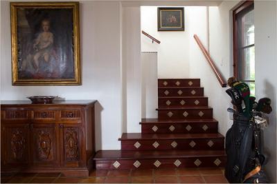 Chiếc cầu thang xoắn khép nép và tinh tế.