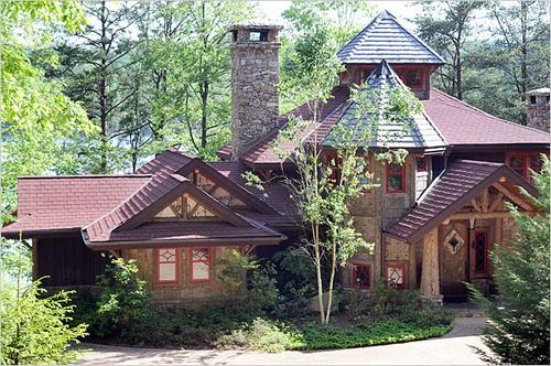 Toàn cảnh ngôi nhà, phía sau là mặt nước hồ và rừng cây.