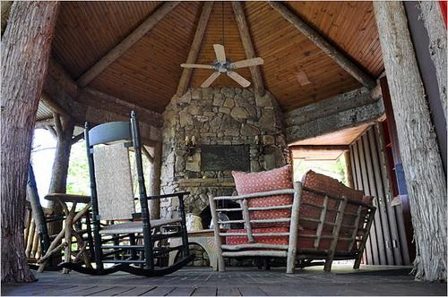 Một nơi lãng mạn với cột gỗ thông, lò nướng ngoài trời và view sát mặt nước hồ.
