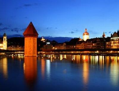 Cầu Kapell lung linh trong đêm