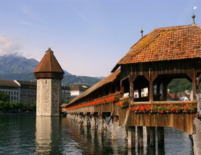 Cây cầu biểu tượng của Lucerne thanh bình, nối phố cũ với phố mới