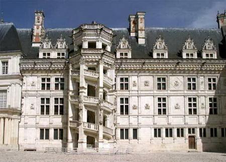 Cầu thang uốn lượn dẫn lên tháp hình bát giác của lâu đài Blois.