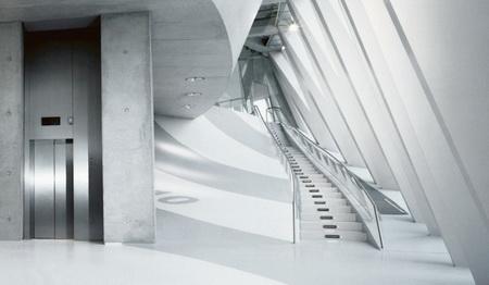 Những chiếc cầu thang men theo đường lượn cửa sổ
